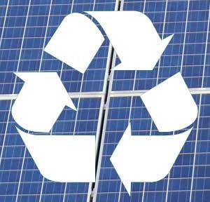 Recycling-Symbol auf Photovoltaikanlage